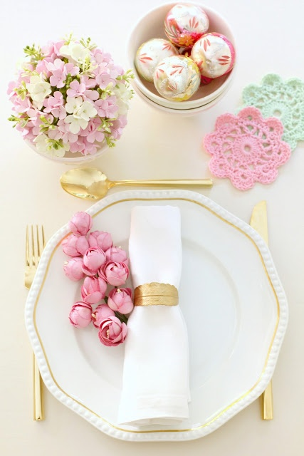 25-Amazing-Pastel-Christmas-Décor-Ideas-With-white-and-golden-tableware-design-and-pink-flower-ornament