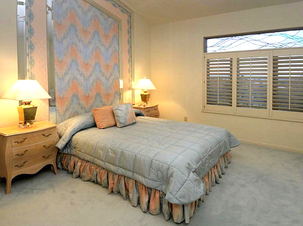 Upscale-80s-Southwestern-Bedroom-Light-Wood-Sideboards-and-Classic-Table-Lamps